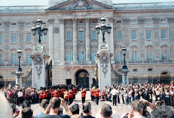 иногда можно попасть на парад перед Букингемским дворцом