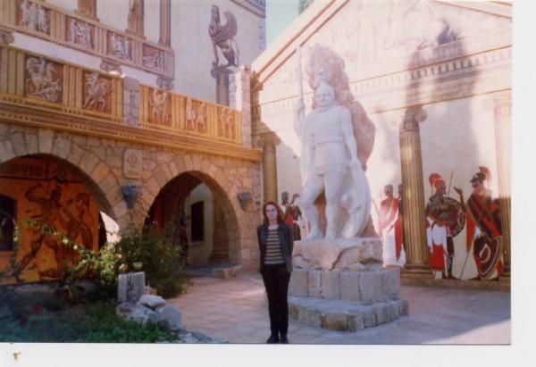 Рядом стоит роскошная гостиница Рома-Италия, до чего красивая, это только ее кусочек, спереди гости...
