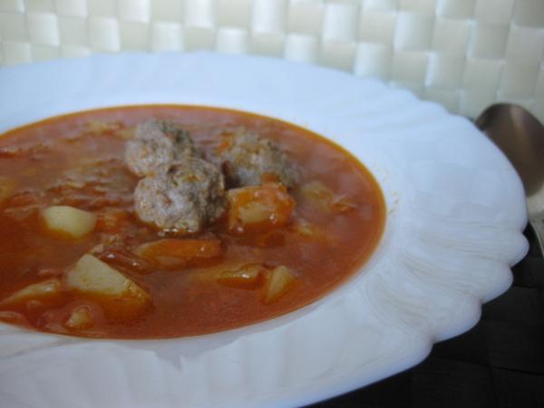 Томатный суп с фрикадельками и кольраби