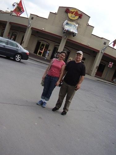 а это мы с Джозефом рядом с кафе, из которого торчит половина настоящей машины
