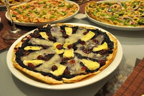 Пицца с креветками и соусом песто Ягодная пицца с бри Шоколадная пицца с персиками - 2