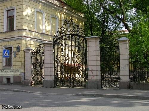 Красивая решетка возле здания во дворе которого стоит памятник Лесгафту (возле института Лесгафта)