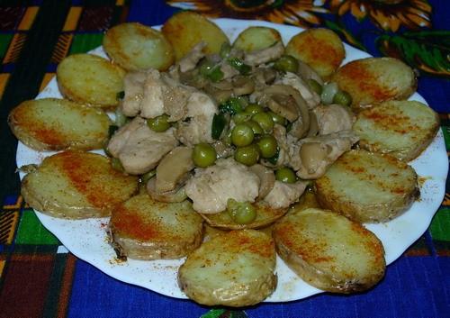 А у меня сегодня Курочка с грибами от с простой свежей картошечкой по-домашнему
