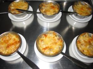 Эту закуску вполне можно назвать жульеном, но в нем по-моему не учавствует томатный соус, так что п...