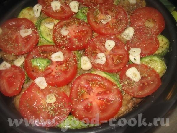 Половину помидоров выкладываем сверху на кабачки, нарезаем поперек кружочками 2-3 крупных зубчика ч... - 2
