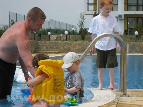 Купались в бассейне, Макс сначала боялся воды, потом привык, но круг был великоват, а в жилете он з... - 2