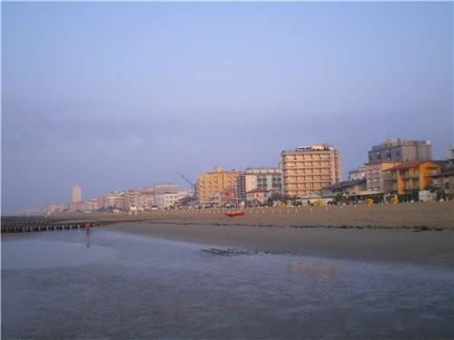 Это мы прибыли на курортный городок около Венеции Температура около 25 градусов ,но сейчас не сезон... - 2