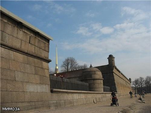 Это стена крепости у пляжа поближе