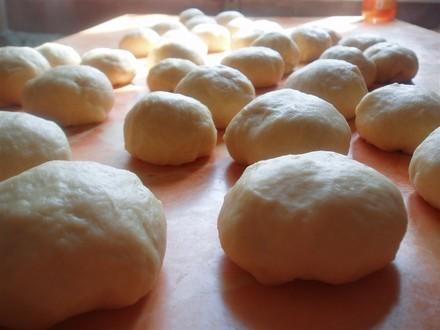 Вымешивайте тесто до тех пор, пока оно не начнет отлипать от рук, станет мягким и эластичным и в не... - 3