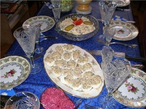 """У меня тоже деньрожденьевский стол салат """"Оливье"""" фаршированные яйца(сушеные грибы отварить+жареный..."""