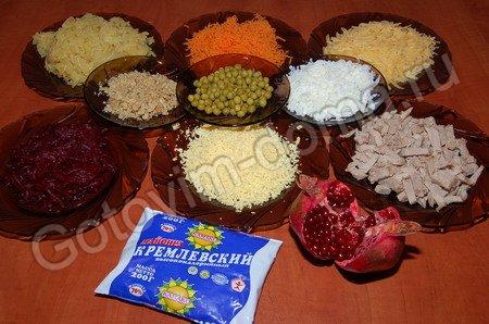 """ОТСЮДА Салат """"Шапка Мономаха"""" Состав свекла - 1 шт, картофель - 3 шт, сыр твердый - 100-150 г, яйца... - 2"""