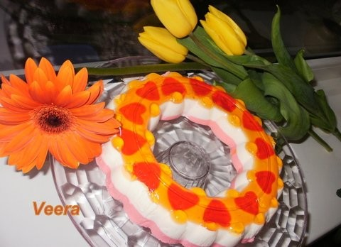 К 8 Марта желейный торт 1 пачка абрикосового желе пищевой краситель красного цвета 1 пачка творожно...