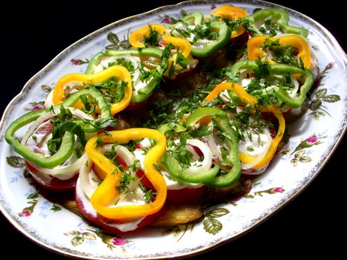 Перенято у мамы Закуска из баклажан 2 средних баклажана 2 зубчика чеснока 2 средних помидора 1 болг...