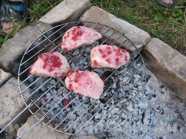 Девочки и мальчики, а ещё угощу вас мяском с дачи СВИНИНА маринованная в красной смородине (барбекю...