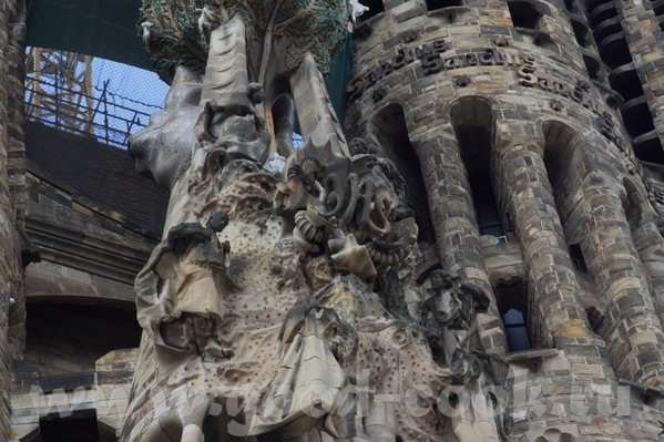 Следующая остановка была у собора Саграда де Фамилия, который строится уже более 50 лет, и тоже по... - 4