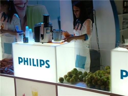 Компания Филипс представляла свою продукцию и поила желающих свежим соком Это продукция компании Гр... - 3