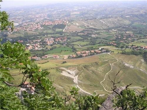 А это вид на долину, внизу по территории это уже Италия
