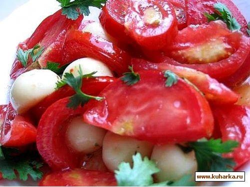 салат из помидор с моцареллой и бутеры из хлеба он смешно называется краюшки,сыр альметте с зеленью...
