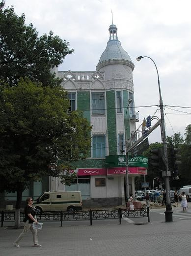 Здание администрации Краснодарского края Памятник казакам перед зданием администрации