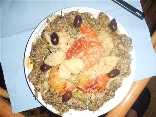 вчера сделала на ужин макароны с грибами, тунцом и соусом песто.  Это просто супер вкусно.  Так как были цветные...