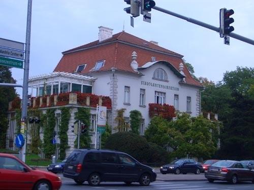 Жалко, что на такой маленькой фотке плохо видно, какой красивый магазин цветов, в Вене они мне ну о... - 3