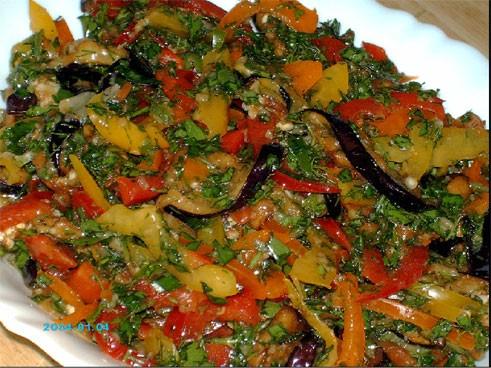, вот этот вкуснющий, сочный салат я сделала по рецепту Олеси-Кириешки из еврейской кухни