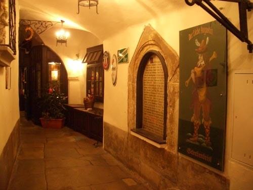 Это местечко посвящено милому Августину-легендарному алкоголику, свалившемуся в винный погреб в раз... - 3