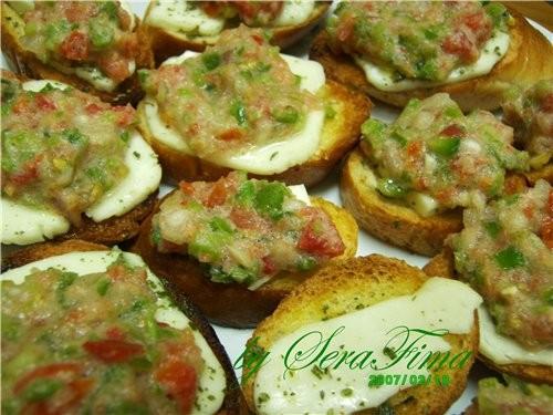 Итальянские закусочные горячие бутерброды с моцареллой и овощной сальсой
