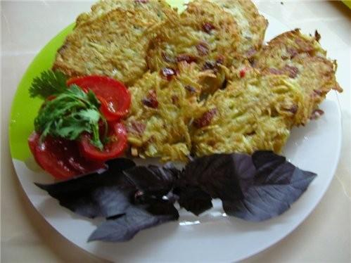 Картофельные дранники Картошку натереть на крупную терку, добавить:молодои зеленыи лук,укроп,красн