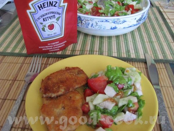 Мясные отбивные в сухарях и овощной салат