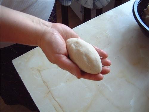 сырая выжатая картошка, остившее пюре и крахмал перемешанные в однородную массу лепка цепелинов вел... - 3
