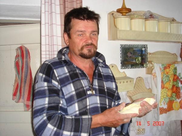 Это мой папулик - великий кулинар , лепит свои фирменные пирожки