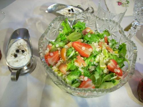 очень необычный салат с целой палитрой ингридиентов и вкусов