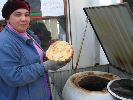 Прямо на рынке в тандыре пекут самсу и лепешки - 2