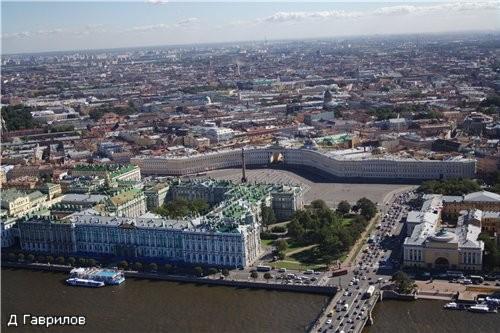На переднем плане - Зимний дворец, правее Дврцовый мост, в глубине (в центре фото) здание Гланого ш...