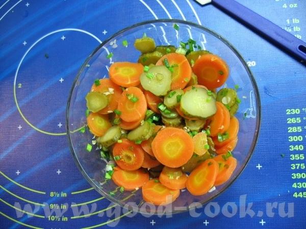 и мои салатики от Яночки - отварная морковь (кружочками) + маринованный огурчик + мелко нарезанный...