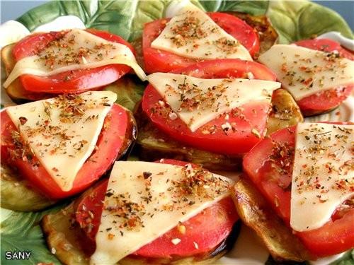 САНДВИЧИ ИЗ БАКЛАЖАН 1 средний баклажан 2 средних помидора несколько тонких кусочков сыра типо моца...