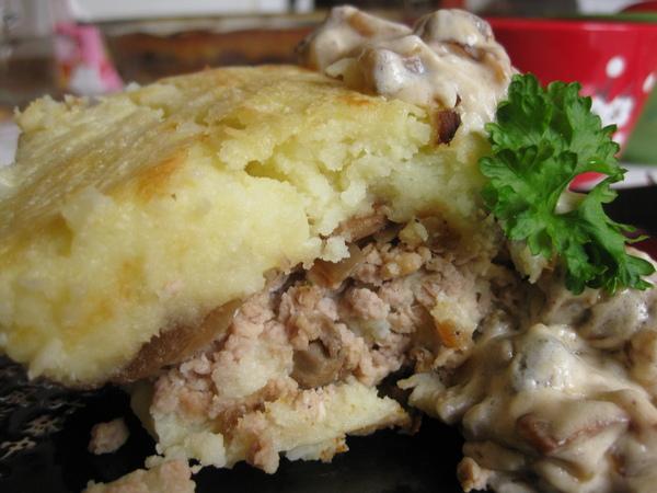 Картофельная запеканка из пюре с мясом и грибами
