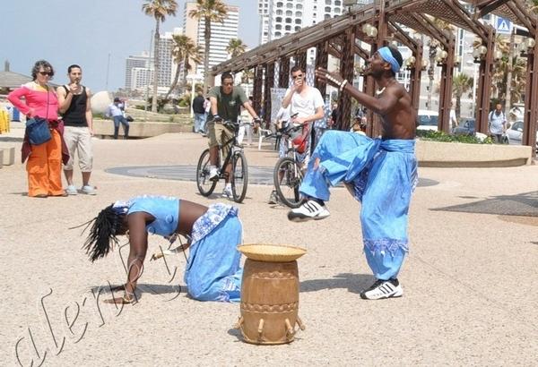 Здесь бродячие артисты развлекают своим африканским фольклером проходящих по набережной отдыхающих... - 3