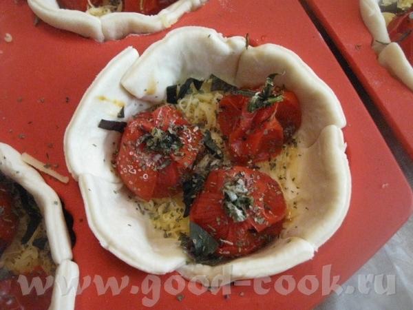 Нарезаем мелко 2-3 веточки свежего базилика и посыпаем им, а также сушеным базиликом помидоры - 2