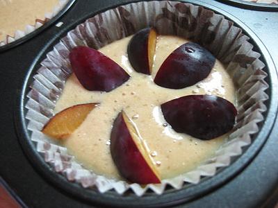 Белковые кексы на манке со сливами
