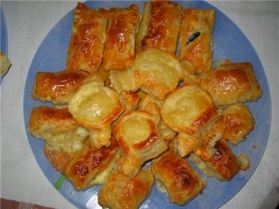 маленькие закусо4ные було4ки из слоёного теста- с оливками, домашним сыром и голандским сыром с кра...