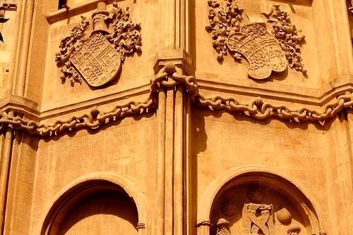 Кафедральный собор Эти цепи сделаны из цельного камня и скреплены между собой без единой крупицы це... - 5