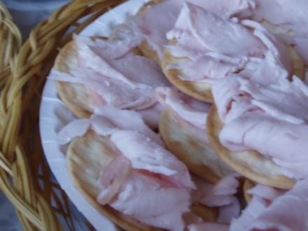 Просто крекерсы с копченой куринной грудкой Салат,овощной (помидор,огурец,кукуруза,кинза,горох нут,...