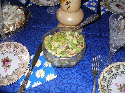 салат морской коктейль с авокадо и зеленым салатом