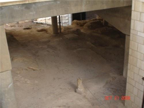 Место раскопок,каменная мостовая и домашняя утварь того времени - 4