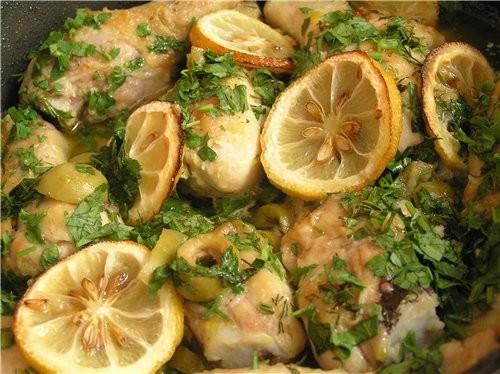 Куриные голени с оливками, каперсами и запеченными лимонами