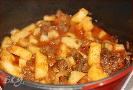 Азу по-татарски 400 - 500г мяса 2 свежих помидора 1 соленый огурца 4-6 картофелин 1 луковица соль,...