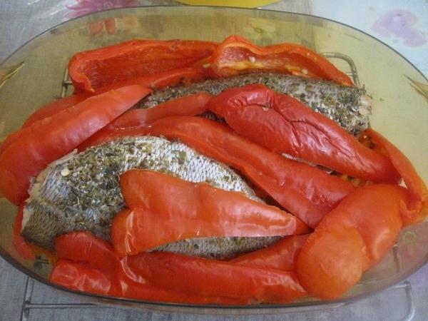Соль при приготовлении этого блюда не добавляется вообще – оно же диетическое… Сверху на рыбу кладе... - 4