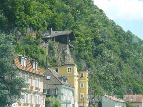Это вид из машины по дороге в Баварский лес, в Пассау, дом на или даже в скале